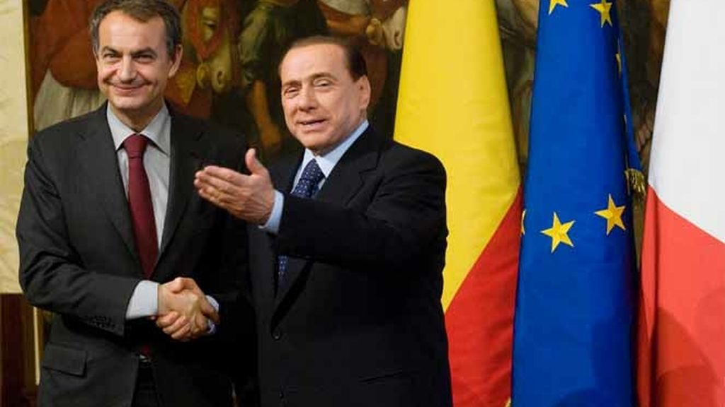 El presidente del Gobierno, José Luis Rodríguez Zapatero, junto al primer ministro italiano, silvio Berlusconi, en el Palacio Chigi, en Roma