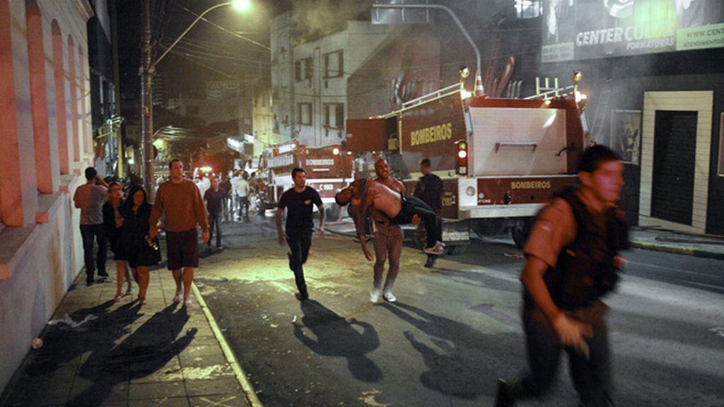 Los bomberos ante la discoteca incendiada