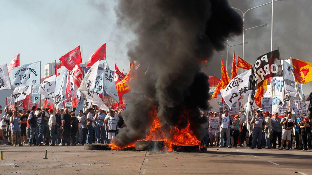 Piquetes durante la jornada de huelga general en Argentina