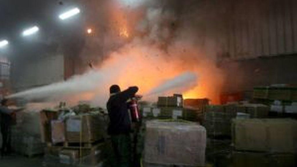 Empleados de las Naciones Unidas intentan apagar el fuego originado por bombardeos israelíes en las instalaciones de la ONU en Gaza, franja de Gaza. Vídeo: ATLAS