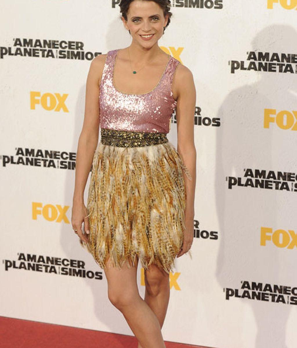 La actriz de 'La que se avecina' con una curiosa falda de plumas y top brillante rosa