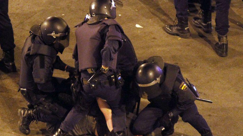 La Policía desaloja a los 'indignados' de la Puerta del Sol en el aniversario del 15M