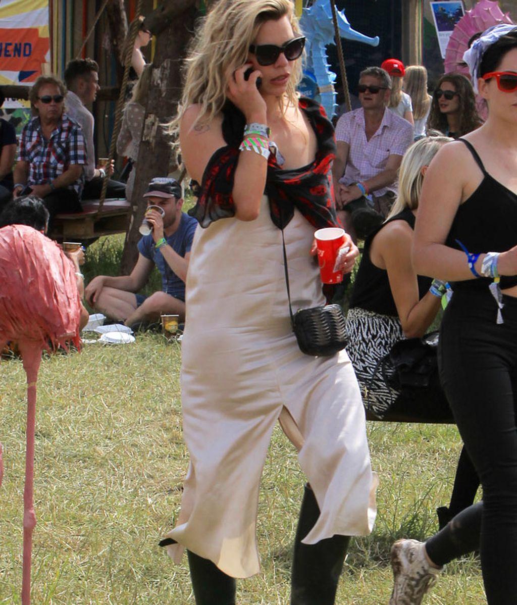 La actriz Billie Piper con vestido lencero y botas de agua