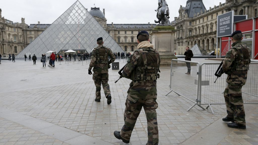 Militares franceses patrullan en el museo de Louvre