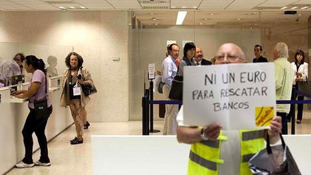 Los 'yayoflautas' protestan contra Bankia