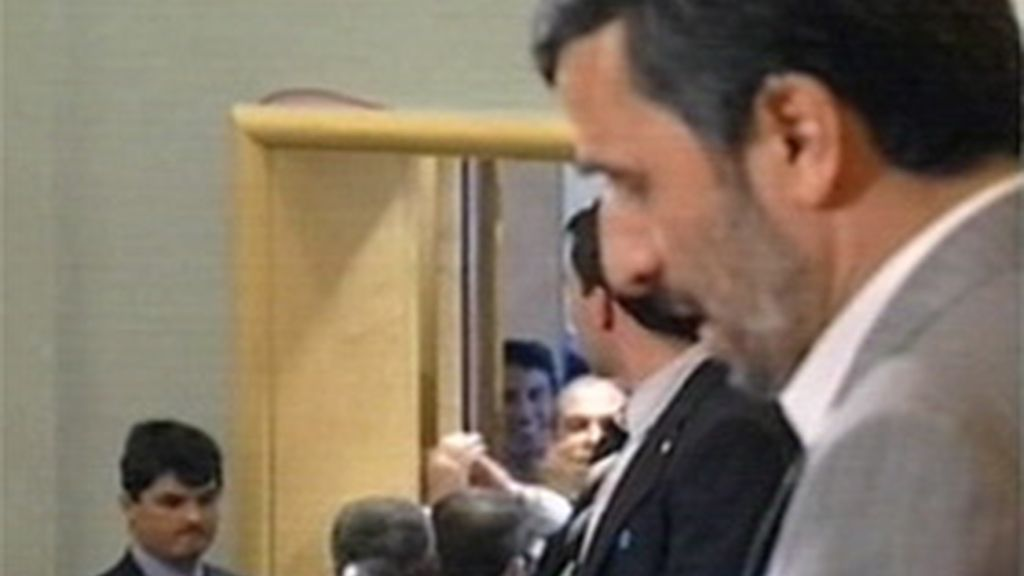 Parte de los asistentes a la conferencia de la ONU sobre el racismo plantan a Ahmadineyad