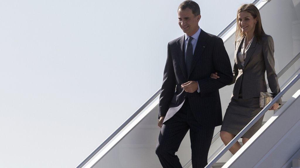 Los reyes Felipe y Letizia bajando de un avión en un viaje oficial