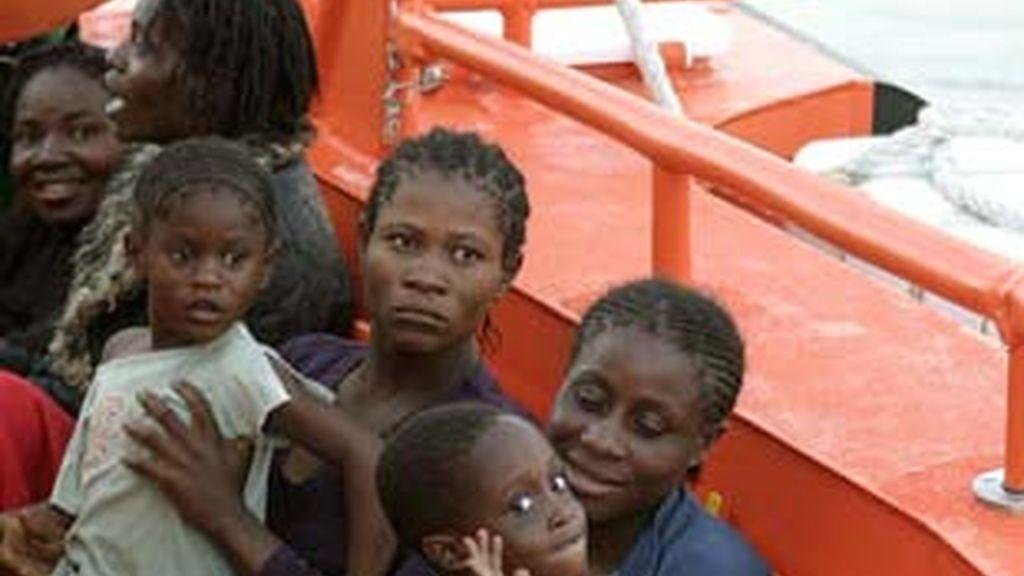 Imagen de varias mujeres llegadas con sus hijos en los últimos días a las costas españolas.