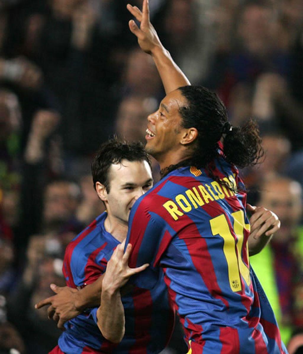 Ronaldinho celebra un gol contra el Real Madrid