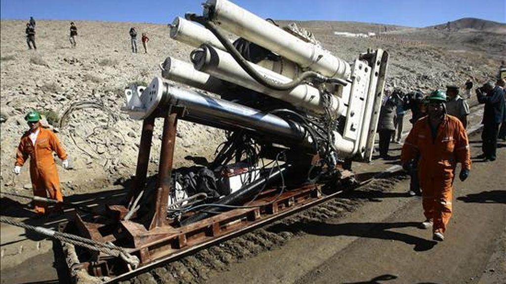 La máquina Raisebore Strata 950, que hará la perforación para rescatar a los 33 mineros atrapados, es trasladada este 27 de agosto en el yacimiento de San José, en el desierto chileno de Atacama, ubicado 80 kilómetros al norte de Copiapó (Chile). EFE