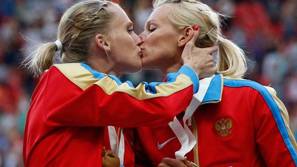 Rusas dándose un beso
