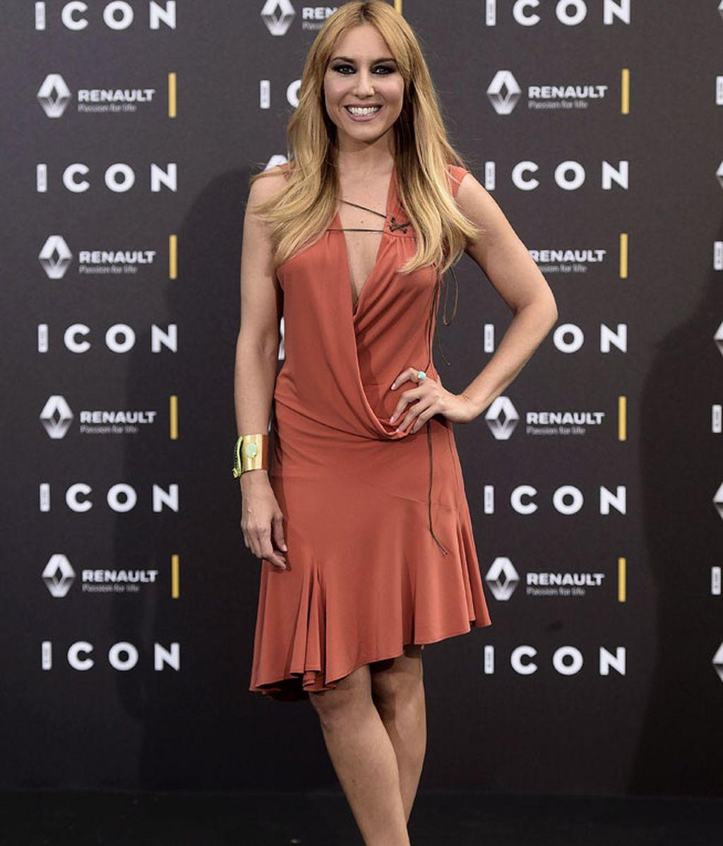 Berta Collado eligió un favorecedor vestido de colores tierra