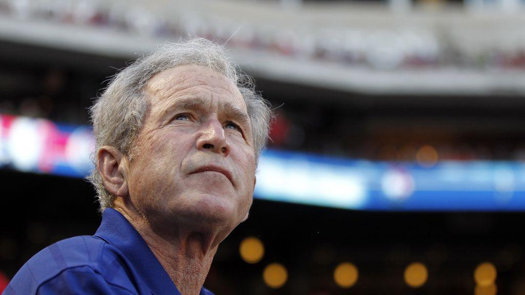 Un avión con el expresidente George W. Bush realiza un aterrizaje de emergencia