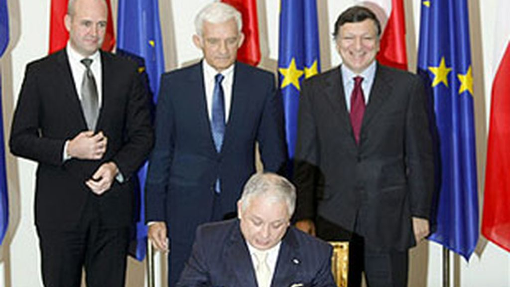 Kaczynski ha firmado el documento ante Barroso, Buzek y Reinfeldt. Vídeo: ATLAS