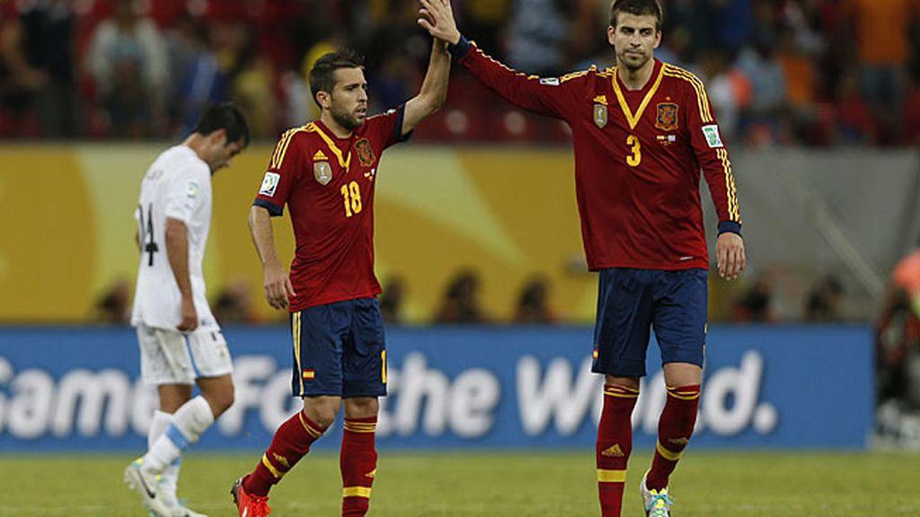 Alba y Piqué celebran la victoria de España ante Uruguay