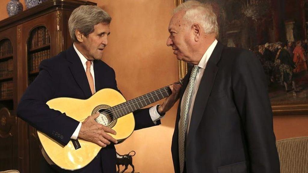 John Kerry recibe una guitarra de manos del ministro José Manuel García Margallo