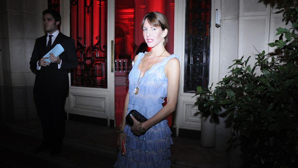 Vega Royo-Villanova entrando en la fiesta con vestido de Luisa Beccaria