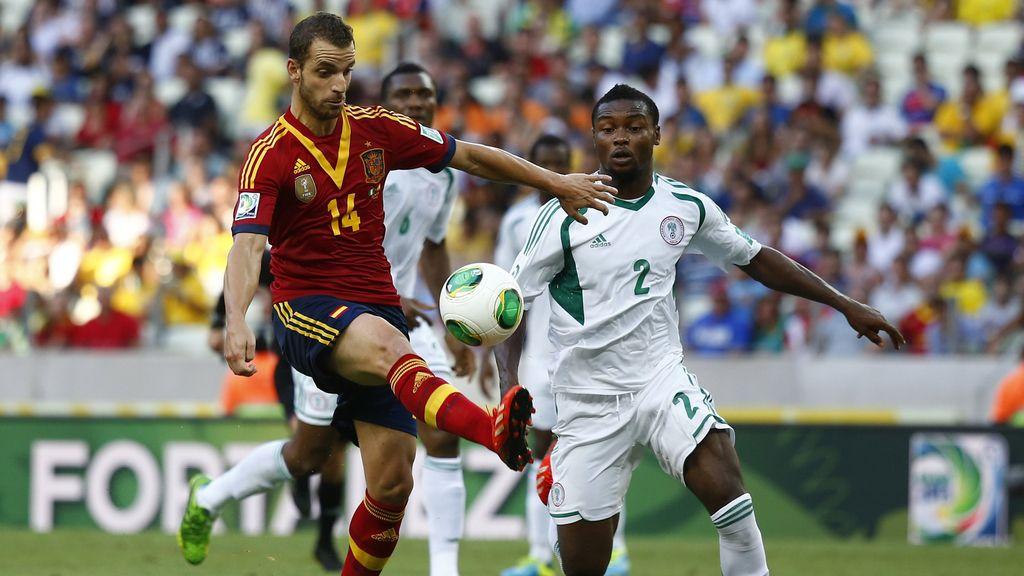 Soldado controla un pase durante el partido contra Nigeria