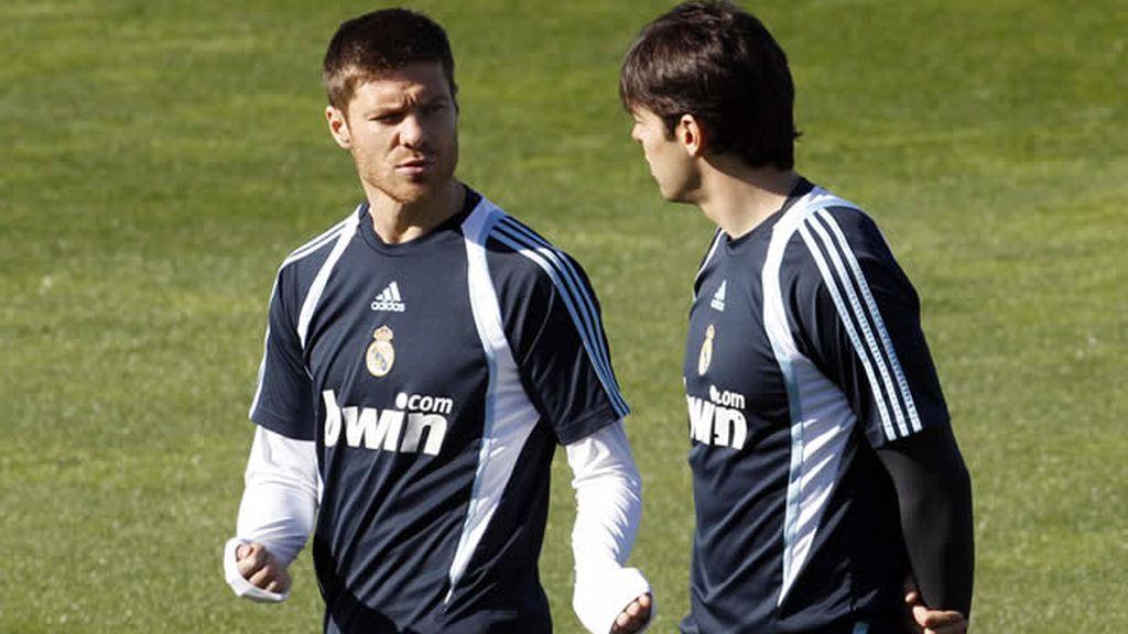 Kaká y Xabi durante un entrenamiento