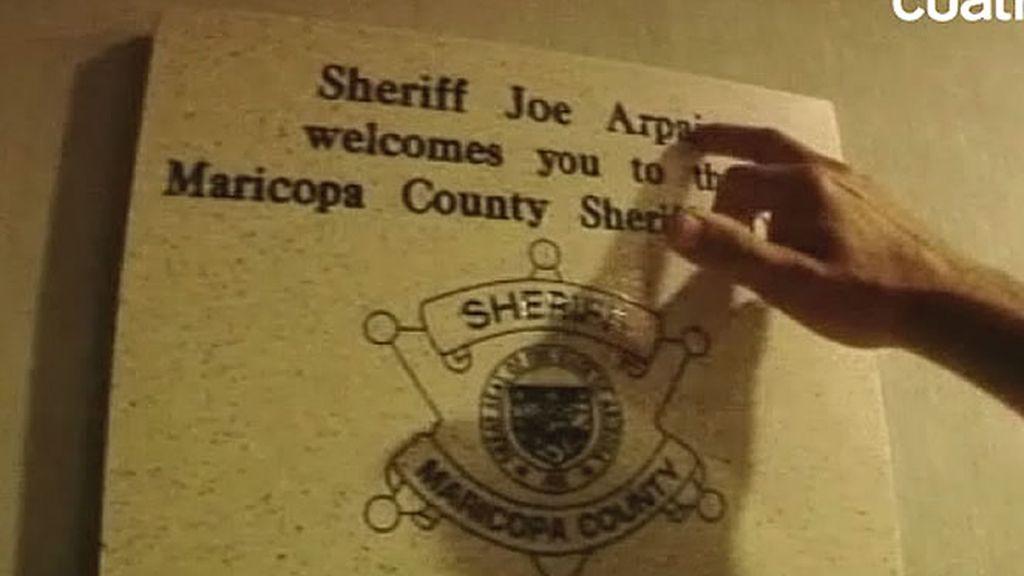 Cartel de entrada al despacho del Sheriff Joe Arpaio
