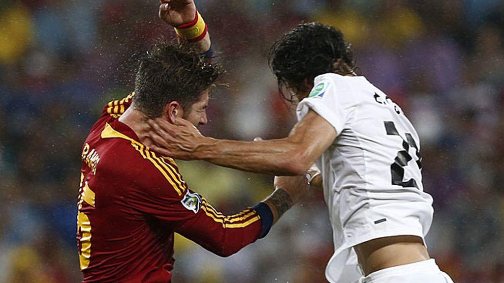Cavani y Ramos en un salto durante el partido