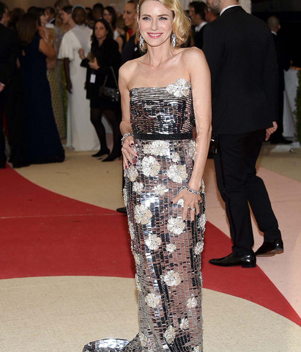 Naomi Watts vestida de Burberry