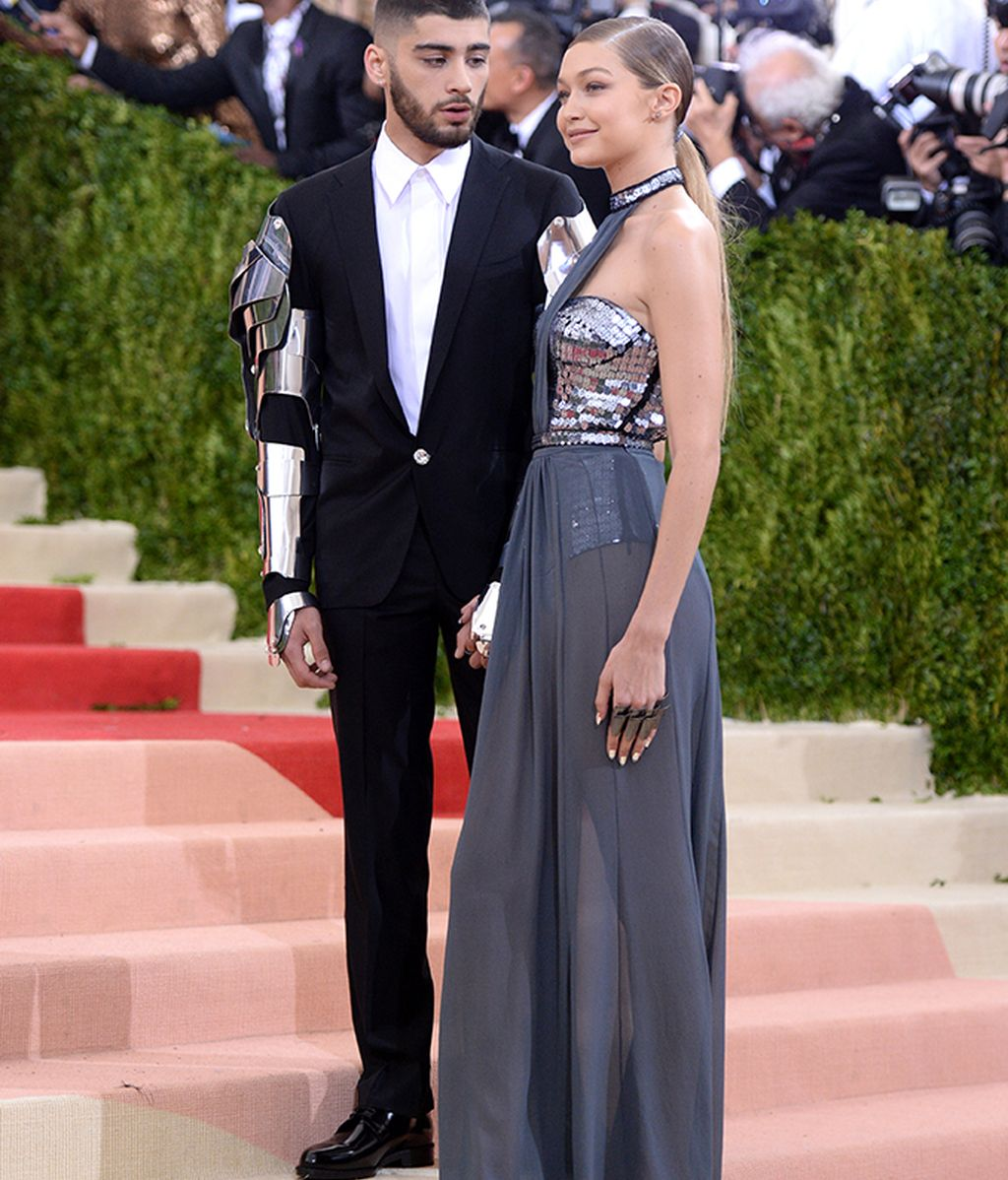 Zayn Malik de Versace y Gigi Hadid de Tommy Hilfiger