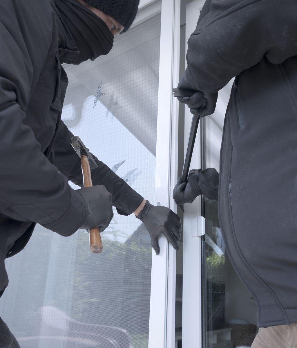 Ladrones forzando una puerta