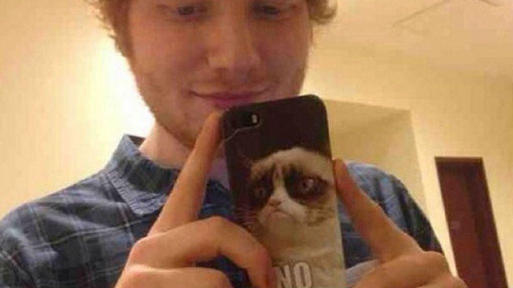 El protagonista de este selfie no es el cantante británico Ed Sheeran, es el genial 'Grumpy Cat' y su cara de eterno enfado