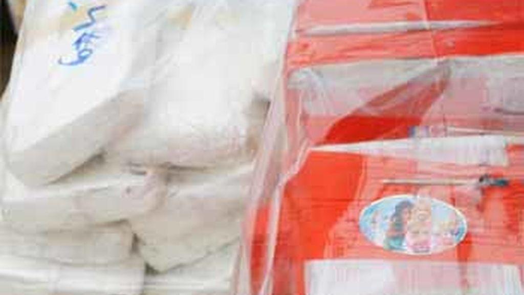 Fardos de cocaína expuestos durante una conferencia en Lima, Perú