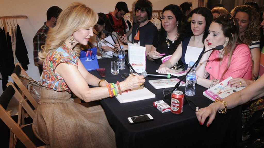 Las fans de Carmen acudieron en masa a la presentación de su nuevo libro