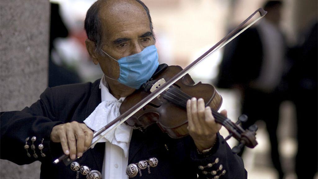 Un violinista con máscarilla en México