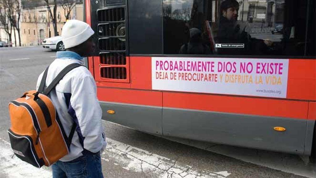 Un hombre esperando al autobús en Madrid