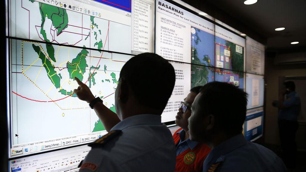 Los equipos de rescate retoman las tareas de búsqueda del avión de AirAsia