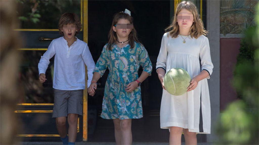 Laura, de ocho años, se cambió de vestido y ya por la tarde lució uno más primaveral