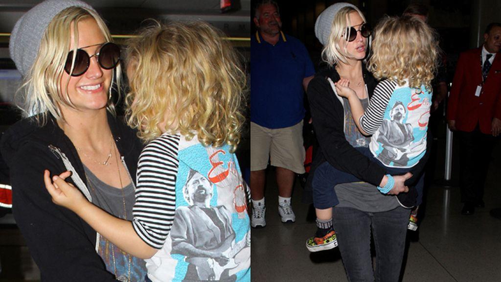 La cantante Ashlee Simpson y su hijo Bronx Mowgli Wentz en el aeropuerto