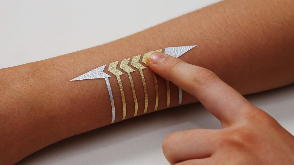El tatuaje que sirve para usar el móvil