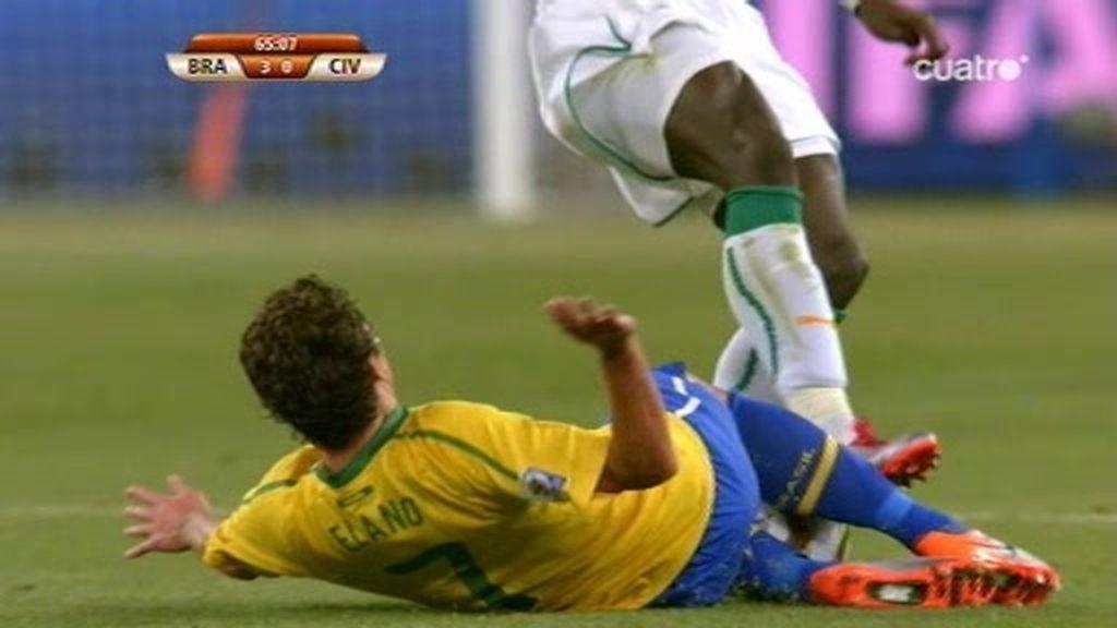Kaká, expulsado injustamente mientras los marfileños 'dan leña'
