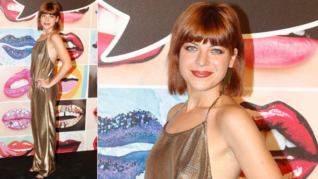 La actriz Thais Blume con traje de Dolores Cortés y joyas de El Mito De Gea