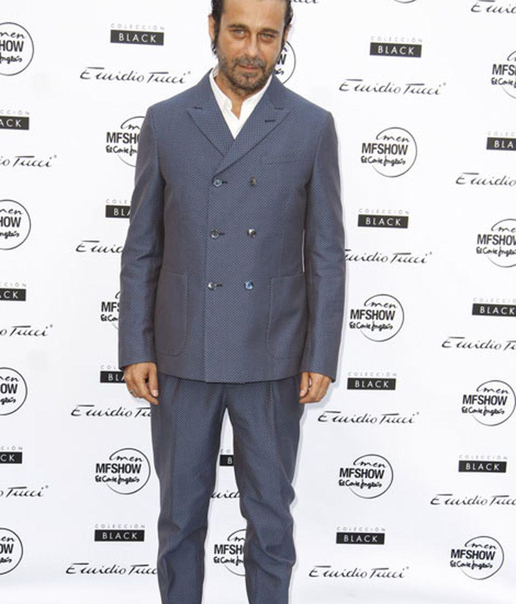 El actor Jordi Mollà optó por un traje con chaqueta cerrada