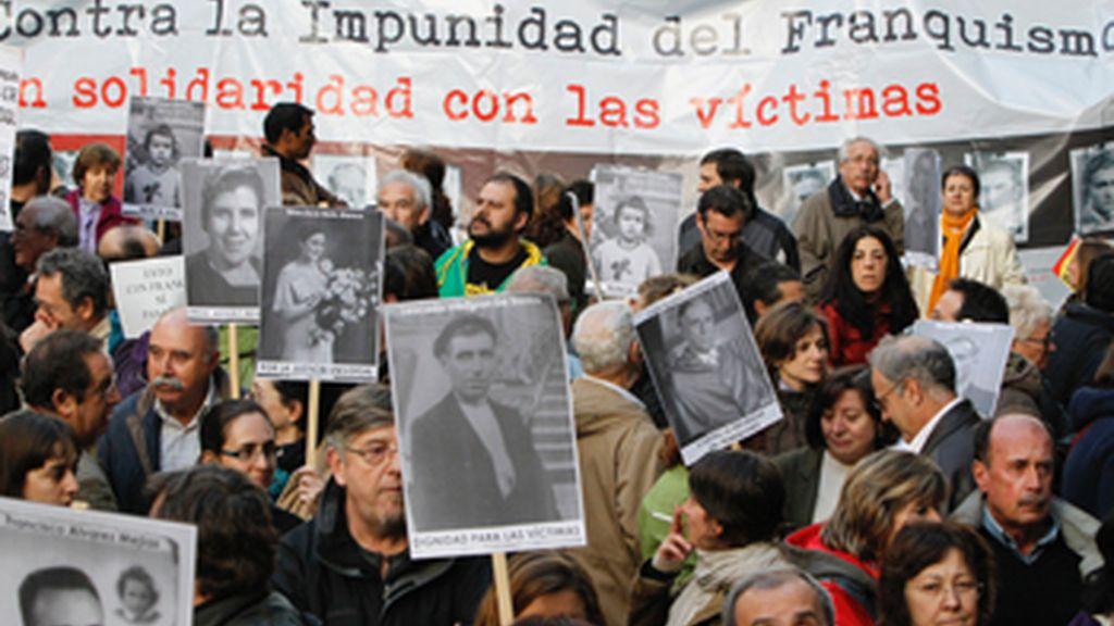 Cientos de personas apoyan a Garzón a las puertas de la Audiencia Nacional