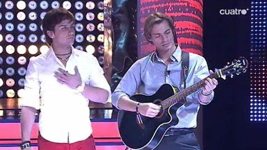 """Daniel se atreve a cantar el """"Colgando en tus manos"""" con Baute a la guitarra"""