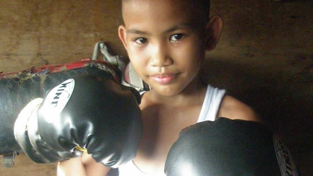 Los guantes ocupan más que este pequeño boxeador