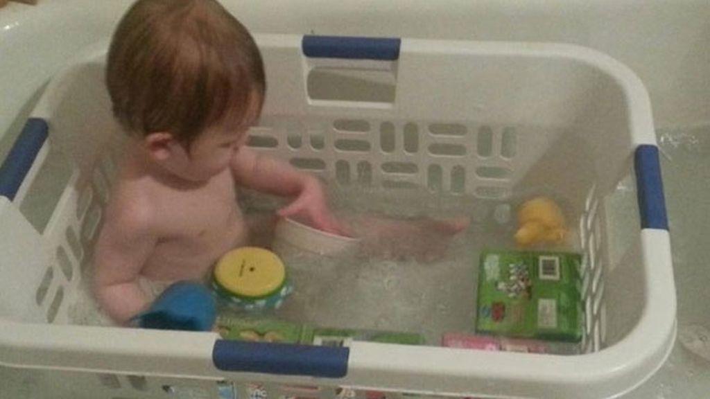 15. Si la bañera de tu hijo se ha quedado pequeña, prueba a bañar a tu hijo en un cestillo, sus juguetes estarán siempre cerca y él no se moverá tanto