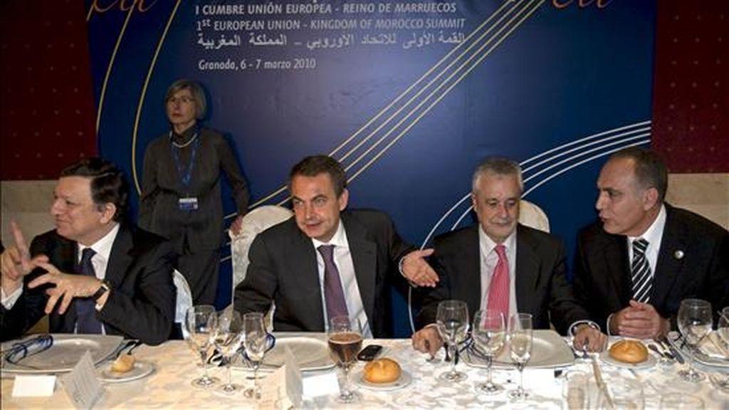 El presidente del Gobierno, José Luis Rodriguez Zapatero (2i), acompañado por el presidente de la Junta de Andalucía, José Antonio Griñán (2d), el ministro de Economía y Finanzas de Marruecos, Saladine Mezwar (d), y el presidente de la Comisión Europea, José Manuel Durao Barroso, durante la cena ofrecida a los asistentes a la cumbre empresarial de la Unión Europea con Marruecos que se está celebrando en Granada. EFE