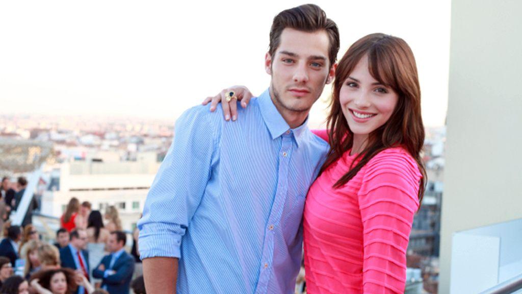 Joel Bosqued y Andrea Duro, con un vestido rosa fucsia de Isato
