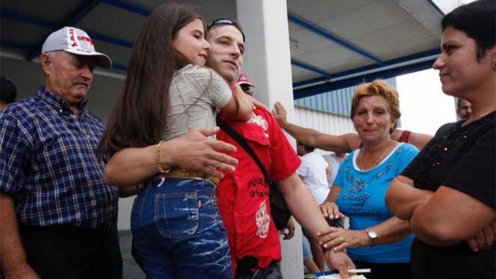 Cubanos abrazan a sus familiares que llegan desde Estados Unidos en el aeropuerto José Martí, en La Habana