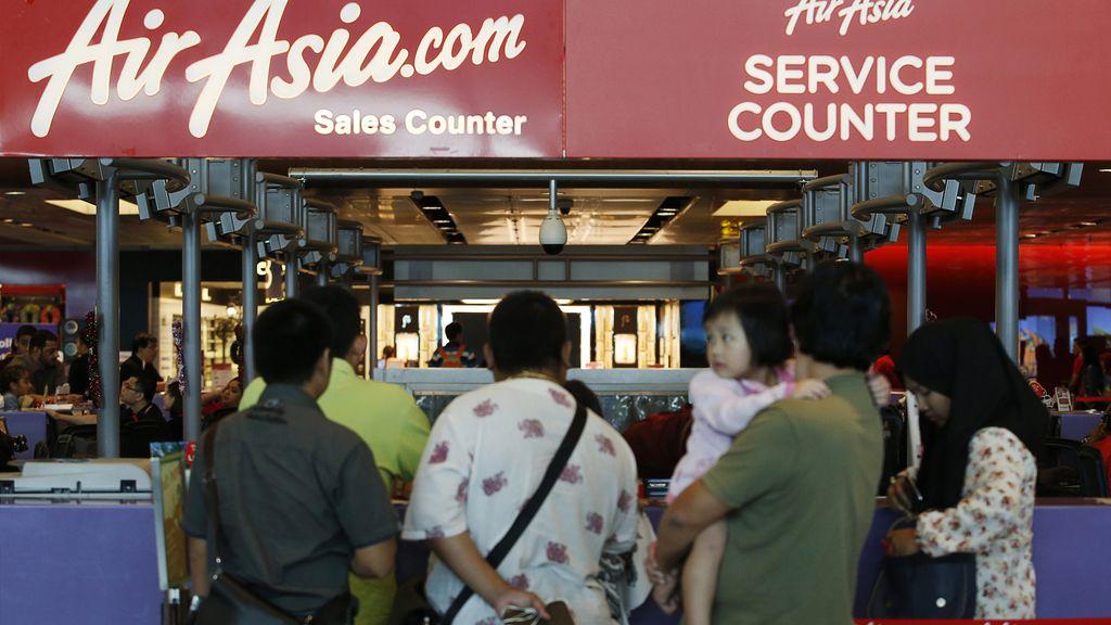 Desaparece un avión de AirAsia con 162 personas a bordo