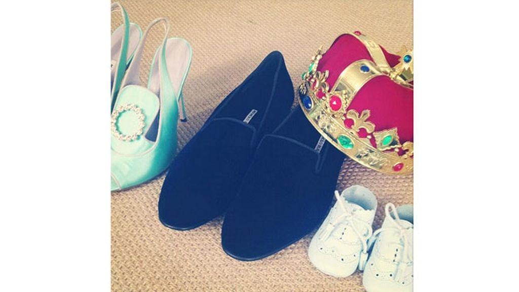 La Corona del Rey entre los zapatos