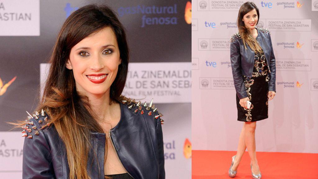 Bárbara Goenaga combinó el vestido de fiesta con la chupa de cuero